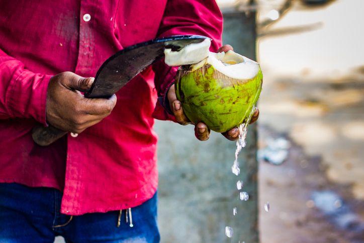 Minum Air Kelapa Hijau Plus Air Jeruk Nipis Bisa Sembuhkan COVID-19, Ini Faktanya!