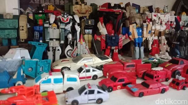 Ribuan mainan anak-anak itu, terdiri dari berbagai tokoh film aksi, gimbot, boneka hingga mainan mobil-mobilan berbahan kaleng ada semua di museum ini.