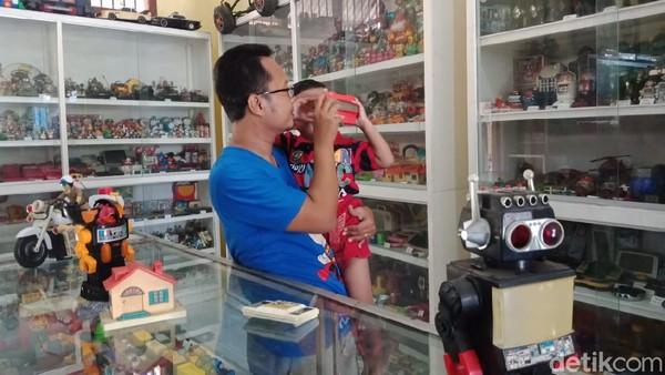 Hendra ingin melestarikan mainan-mainan saja. Dia juga ingin berbagi memori masa kecil kepada orang lain, terutama kepada anaknya sendiri. (Enggran Eko Budianto/detikTravel)
