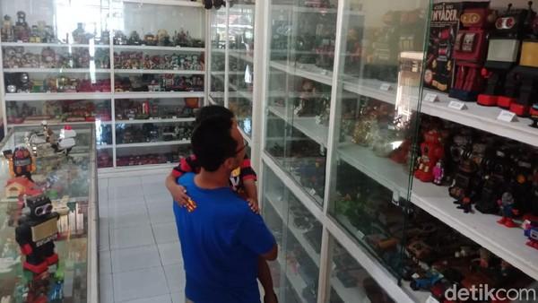Museum ini terletak di Jalan Raya Veteran, Desa Miagan, Kecamatan Mojoagung, Jombang. Museum ini didirikan oleh Hendra Koestanto (40). Bapak dua anak itu sengaja membuat museum mainan untuk menjaga kenangan akan masa kanak-kanaknya.