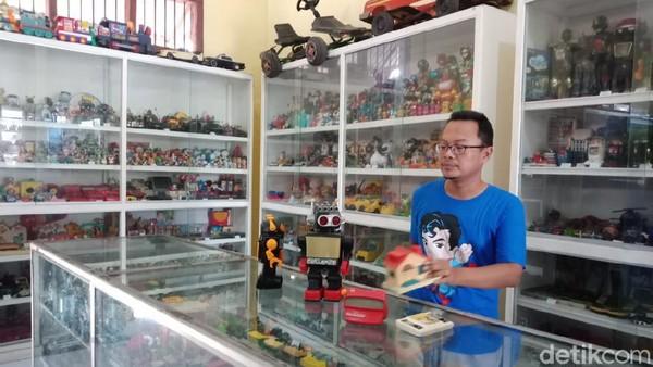 Sebuah museum di Kabupaten Jombang menyuguhkan beragam mainan zaman dulu untuk bernostalgia. Sesuai dengan namanya, Museum Mainan, ada ribuan mainan anak-anak yang dipajang di sini.