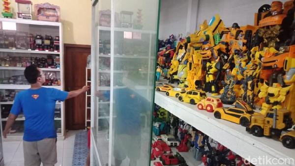 Mainan tertua yang jadi koleksi Hendra berasal dari tahun 60-an, yaitu mainan berbahan kaleng buatan China. Traveler yang mau nostalgia bisa main ke Museum Mainan ini, tapi nanti ya setelah PPKM Darurat usai.