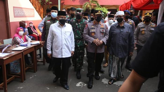 Panglima TNI dan Kapolri meninjau vaksinasi massal di Jakarta