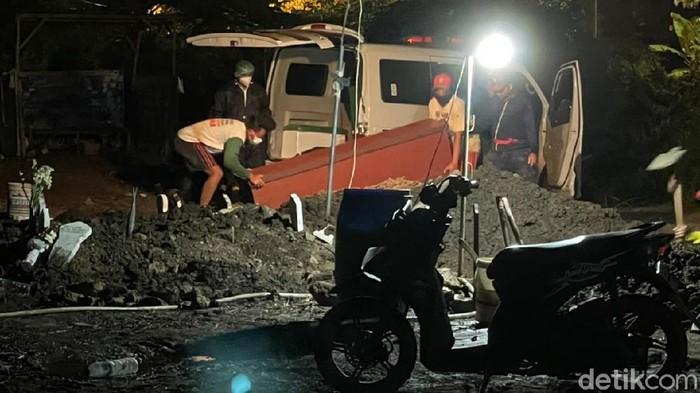 Sejumlah petugas pemakaman COVID-19 di TPU Delta Praloyo Sidoarjo terlihat bekerja tanpa menggunakan baju pelindung hazmat atau APD.