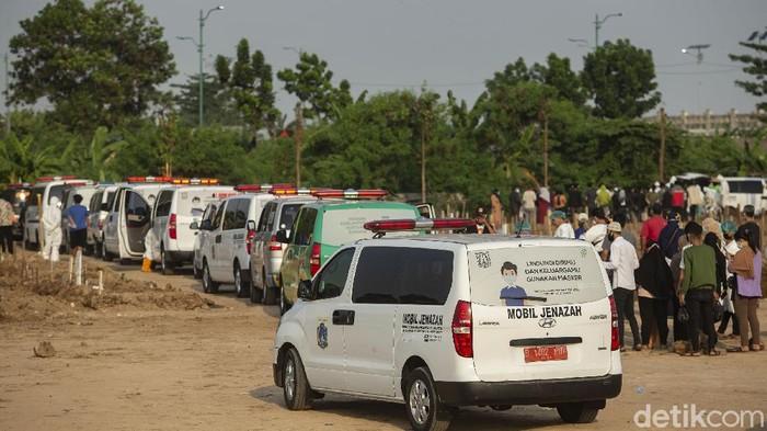 Belasan ambulan mengantre di TPU Rorotan, Jakarta Utara, Rabu (7/7/2021). Banyaknya jenazah yang akan dimakamkan membuat ambulan harus mengantre.