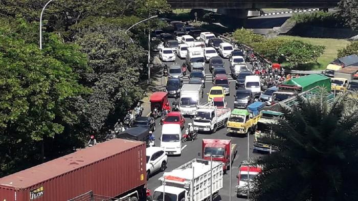 Jalur Bundaran Waru arah Surabaya ditutup total. Seluruh kendaraan dilarang masuk Kota Surabaya termasuk yang pelat L dan W.