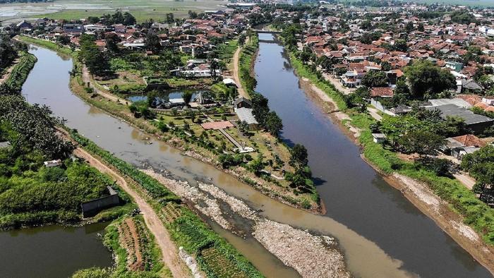 Warga mengambil sampah yang menutupi pertemuan antara Sungai Citepus dan Sungai Citarum di Kampung Bojong Citepus, Dayeuhkolot, Kabupaten Bandung, Jawa Barat, Senin (21/6/2021). Warga setempat berharap agar pemerintah terkait mengangkut sampah tersebut karena dikhawatirkan dapat menimbulkan berbagai macam penyakit. ANTARA FOTO/Raisan Al Farisi/foc.