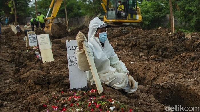 Pemerintah juga menyatakan ada 1.040 pasien Corona yang meninggal dunia hari ini. Jumlah pasien COVID-19 di Indonesia yang meninggal dunia sebanyak 62.908 orang.