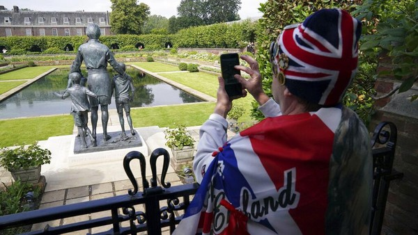 Warga Inggris diketahui sangat menghormati mendiang Putri Diana karena kepribadiannya yang memukau. AP Photo/Jonathan Brady