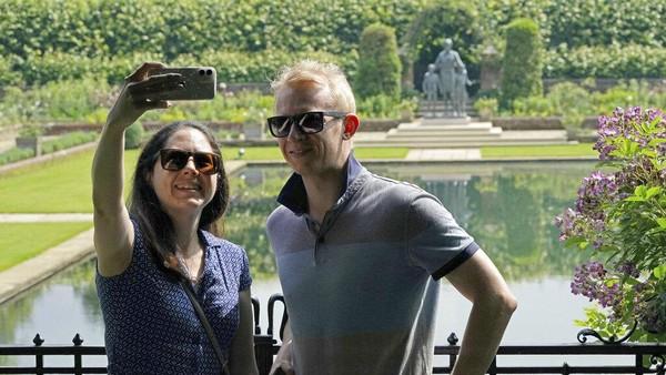 Warga Inggris sangat antusias untuk melihat patung yang telah diresmikan oleh Pangeran Harry dan Pangeran William pada Senin (5/7/2021) lalu. AP Photo/Jonathan Brady