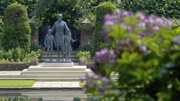 Patung Diana tampak berdiri bersama anak-anak. Ini mencerminkan pekerjaan Diana dalam mendukung dan mengasuh anak-anak di seluruh dunia. AP Photo/Jonathan Brady