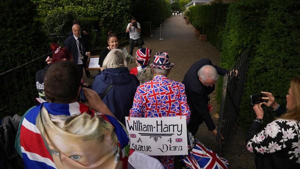 Kendati demikian warga tetap antusias mengantre untuk melihat patung tersebut. AP Photo/Matt Dunham