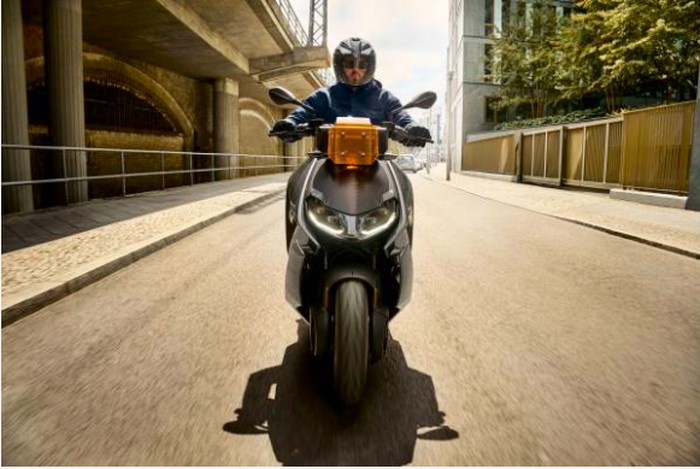 BMW Motorrad resmi memperkenalkan skuter listrik BMW CE 04.