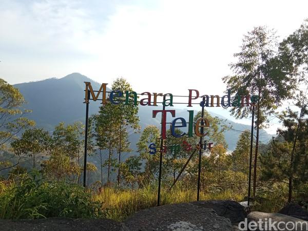 Selain Bukit Tele, ada pula Menara Pandang Tele yang juga tak kalah indah.