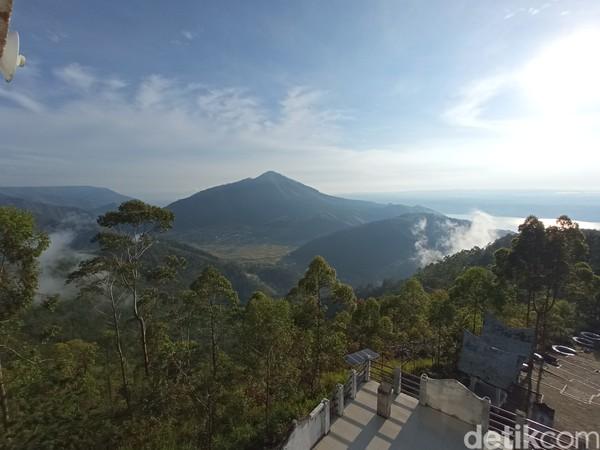 Dari atas menara terlihat keindahan kaldera Toba yang terhampar luas.