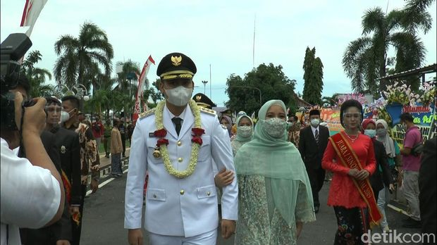 Bupati Kendal, Jawa Tengah, Dico M Ganinduto dan istrinya, Chacha Frederica, usai pelantikan.