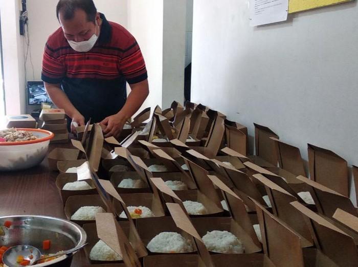 Komunitas Dapur Surabaya siap mengantarkan makanan gratis ke pasien COVID-19 yang menjalani isolasi mandiri (isoman). Baik untuk makan siang maupun malam.