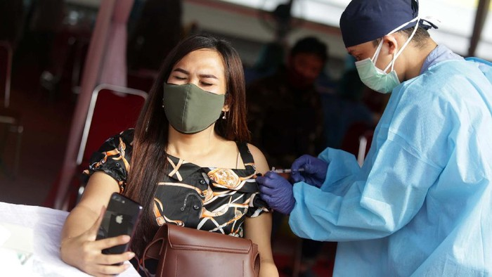 Vaksinasi COVID-19 di Kota Bekasi terus dilakukan. Hari ini sebanyak 50.000 warga Bekasi  divaksin di Stadion Patriot Candrabhaga.