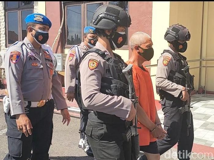Mantan perangkat Desa Wonokerso, Kecamatan Sumber, Kabupaten Probolinggo ditangkap polisi. Ia menggelapkan dana Program Keluarga Harapan (PKH) buat menanam kentang.