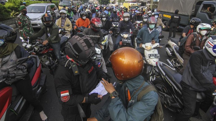 Sejumlah kendaraan antre melewati penyekatan di Jalan Margonda Raya, Depok, Jawa Barat, Kamis (8/7/2021). Kepadatan tersebut terjadi dikarenakan banyak kendaraan yang tidak dapat melintas dari Depok menuju Jakarta akibat penyekatan PPKM Darurat di jalan tersebut. ANTARA FOTO/Asprilla Dwi Adha/foc.
