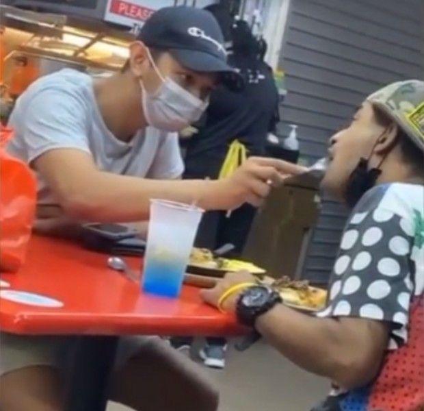 Mulia! Pria Ini Suapi Makan Penjual Tisu Penyandang Disabilitas yang Tak Berdaya
