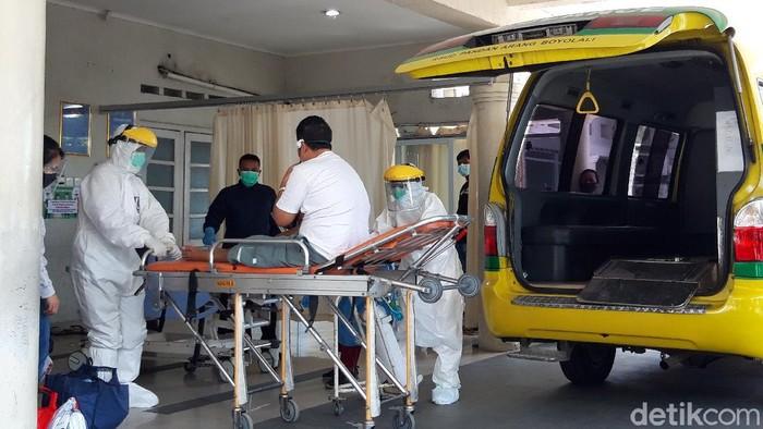 Nakes dengan mengenakan APD lengkap mengantarkan pasien di IGD RSUD Pandan Arang Boyolali.