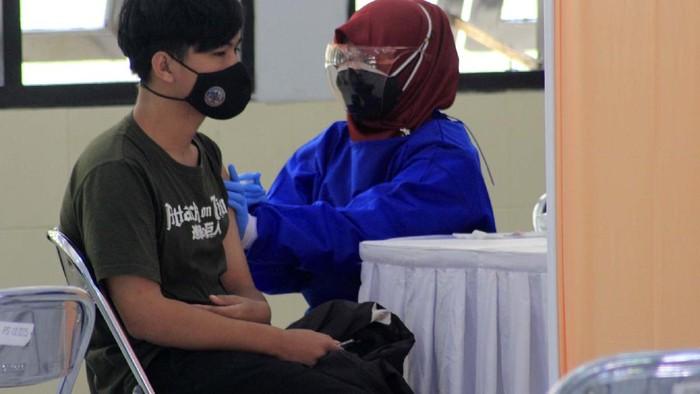 Para disabilitas mendapat vaksin COVID-19 di Wyata Guna Bandung, Kamis (8/7). Sekitar 150 disabilitas dan pendampingnya akan mendapatkan vaksinasi.