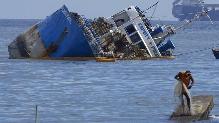 M/V Palawan Pearl setengah tenggelam usai tabrakan dengan kapal keruk BKM 104 berbendera Siprus. Tabrakan kapal itu terjadi di daerah pelabuhan Teluk Manila.