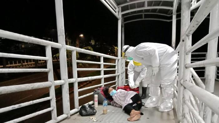 Petugas Satpol PP Jakpus evakuasi ibu tunawisma di Halte TransJakarta