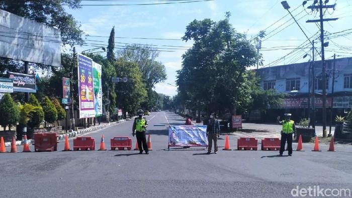 PPKM Darurat di Kota Kediri terus dioptimalkan. Kini penyekatan tidak hanya dilakukan pada malam hari, tapi juga siang hari.