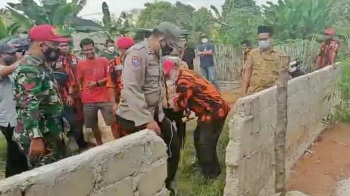 Proses pembongkaran tembok yang menutupi akses jalan rumah Ibu Hermiati selama 8 bulan lamanya (Dok istimewa)