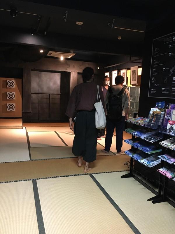 Sesuai dengan namanya, Ninja Information Center Tokyo & Dojo adalah tempat belajar langsung tentang budaya prajurit bayangan Jepang feodal. Serta menawarkan pelajaran pengantar dalam berbagai keterampilan ninja.