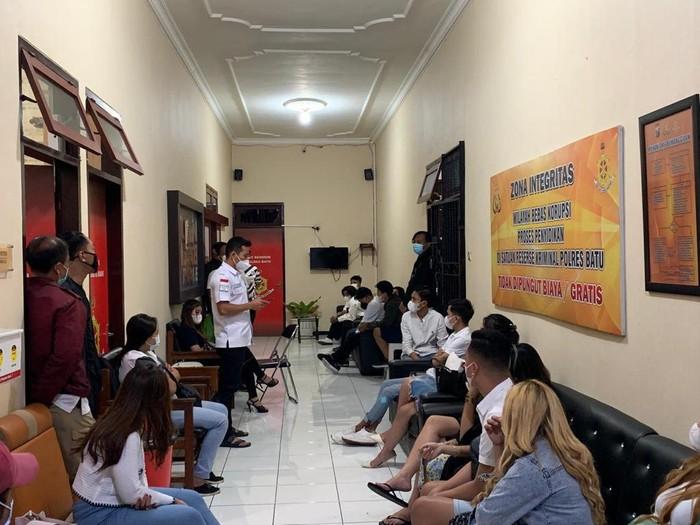 Satgas COVID-19 Kota Batu menggerebek pesta ulang tahun di sebuah vila. Puluhan muda-mudi diamankan untuk dilakukan pemeriksaan.
