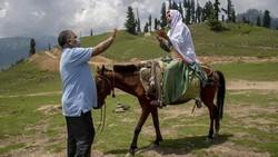 Para petugas kesehatan melakukan vaksinasi hingga ke pedalaman Himalaya. Tantangannya bukanlah medan yang berbahaya, namun membujuk warga untuk mau divaksin.
