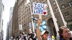 Di tengah maraknya pandemi COVID-19 di belahan dunia tampak pemandangan berbeda terjadi di New York yang menggelar pawai di jalanan. Begini Penampakannya