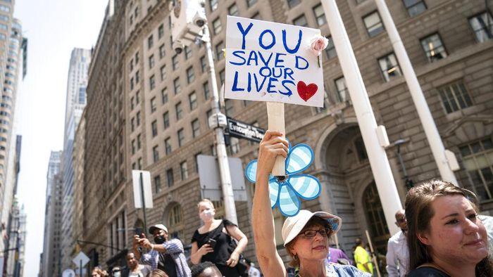 Ditengah maraknya pandemi COVID-19 di belahan dunia termasuk RI, nampak pemandangan berbeda terjadi di New York yang menggelar pawai di jalanan. Begini Penampakannya