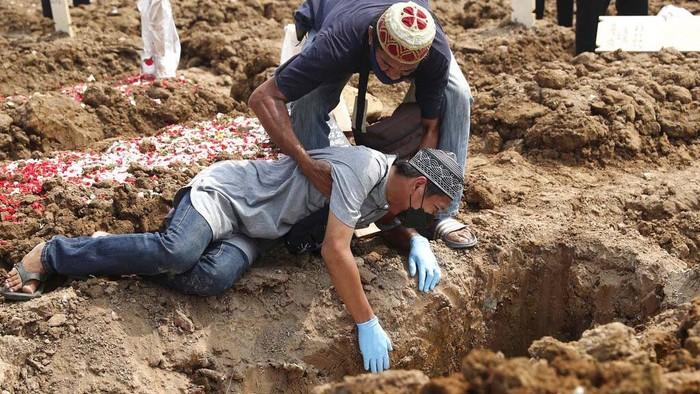 Kematian akibat COVID-19 pada Rabu (7/7) kemarin menyentuh 1.040 orang. Di TPU Rorotan Jakarta, sejumlah keluarga korban menangis saat hadiri pemakaman.
