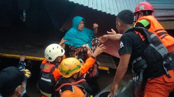 Warga dievakuasi dari permukiman imbas banjir Bandang di Jeneponto-Bantaeng (dok. Basarnas).