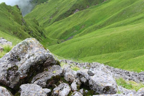 Danau Roopkund bisa dicapai lima hari dari pemukiman terdekat di negara bagian Uttarakhand. Traveler akan melihat desa-desa Pegunungan Himalaya yang indah, padang rumput alpine luas yang dipenuhi bunga liar, yang secara lokal dikenal sebagai bugyal dan hanya muncul di atas ketinggian 3.300 MDPL.