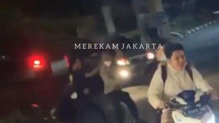 Detik-detik menegangkan polisi dikejar dan dipukuli geng motor di Cilandak.