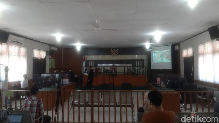 Eks Sekda Riau, Yan Prana Jaya, dituntut 7,5 tahun dalam kasus dugaan korupsi Rp 1,8 miliar saat menjabat Kepala Bappeda Siak. (Raja Adil/detikcom)