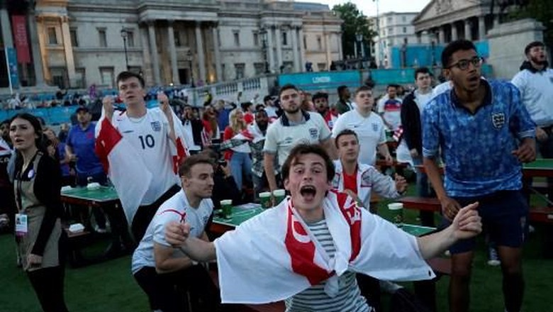 Fans timnas Inggris di semifinal Euro 2020di Trafalgar square, London pada 7 Juli 2021. (Photo by Niklas HALLEN / AFP)