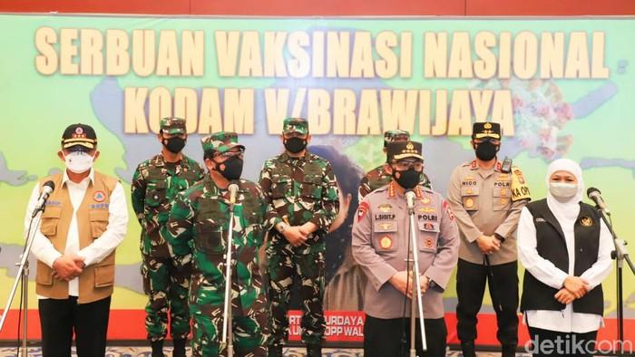 Panglima TNI Marsekal Hadi Tjahjanto bersama Kapolri Jenderal Polisi Listyo Sigit Prabowo meninjau vaksinasi COVID-19 di Grand City, Surabaya. Hadi mengatakan ada dua strategi untuk vaksinasi.