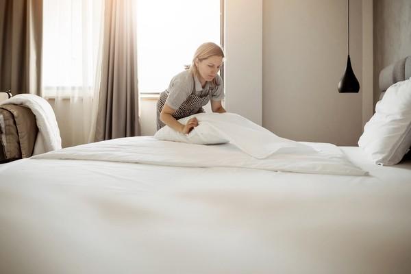 Jangan bawa bantal dan selimut hotel ya. Perlengkapan tidur itu akan dibersihkan dan dicuci dan digunakan kembali oleh hotel untuk tamu selanjutnya. (Getty Images/iStockphoto)