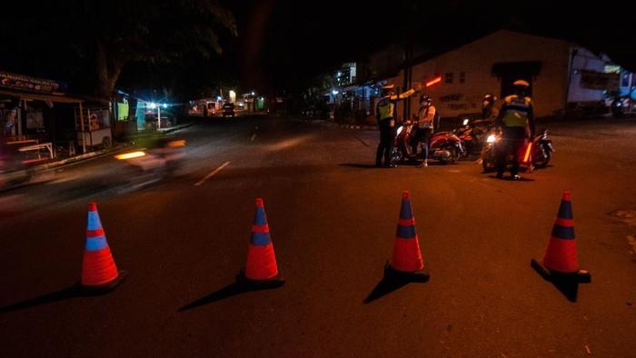 Petugas kepolisian memutarbalikkan kendaraan yang akan melintas di Rangkasbitung, Lebak, Banten, Senin (5/7/2021). Pengetatan mobilitas warga dilakukan dengan menutup sejumlah jalan protokol tersebut sebagai upaya penegakan aturan Pemberlakukan Pembatasan Kegiatan Masyarakat (PPKM) Darurat untuk mengurangi aktivitas warga saat malam hari guna mencegah penyebaran COVID-19. ANTARA FOTO/Muhammad Bagus Khoirunas/prasl