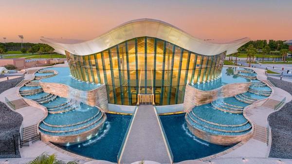 Deep Dive Dubai diisi dengan 14 juta liter air tawar, setara dengan volume enam kolam renang ukuran olimpiade. Suhu air kolam dipertahankan 30 derajat Celsius, untuk kenyamanan penyelam yang mengenakan pakaian tipis. (Deep Dive Dubai)