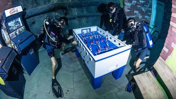 Ada berbagai game yang tersedia di bawah air. (Deep Dive Dubai)