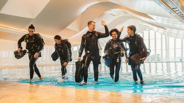 Nantinya penyelam bisa menjelajahi kolam dan kota bawah laut sendiri setalh tur dengan pemandu selam. (Deep Dive Dubai)
