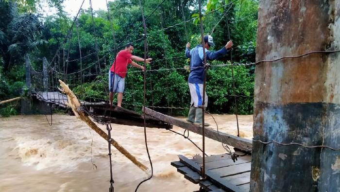 Kabupaten Bulukumba, Sulawesi Selatan (Sulsel), dilanda banjir. Ratusan rumah terdampak dan 5 jembatan mengalami kerusakan. (dok BNPB)