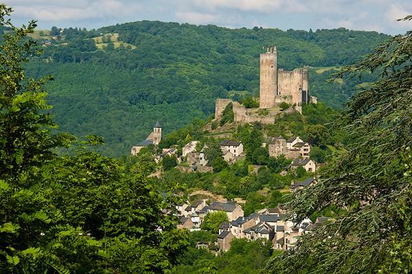 Keindahan Najac semakin memukau karena berada di sepanjang punggung bukit di atas sebuah tikungan di Sungai Aveyron. Lembahnya cantik sangat!